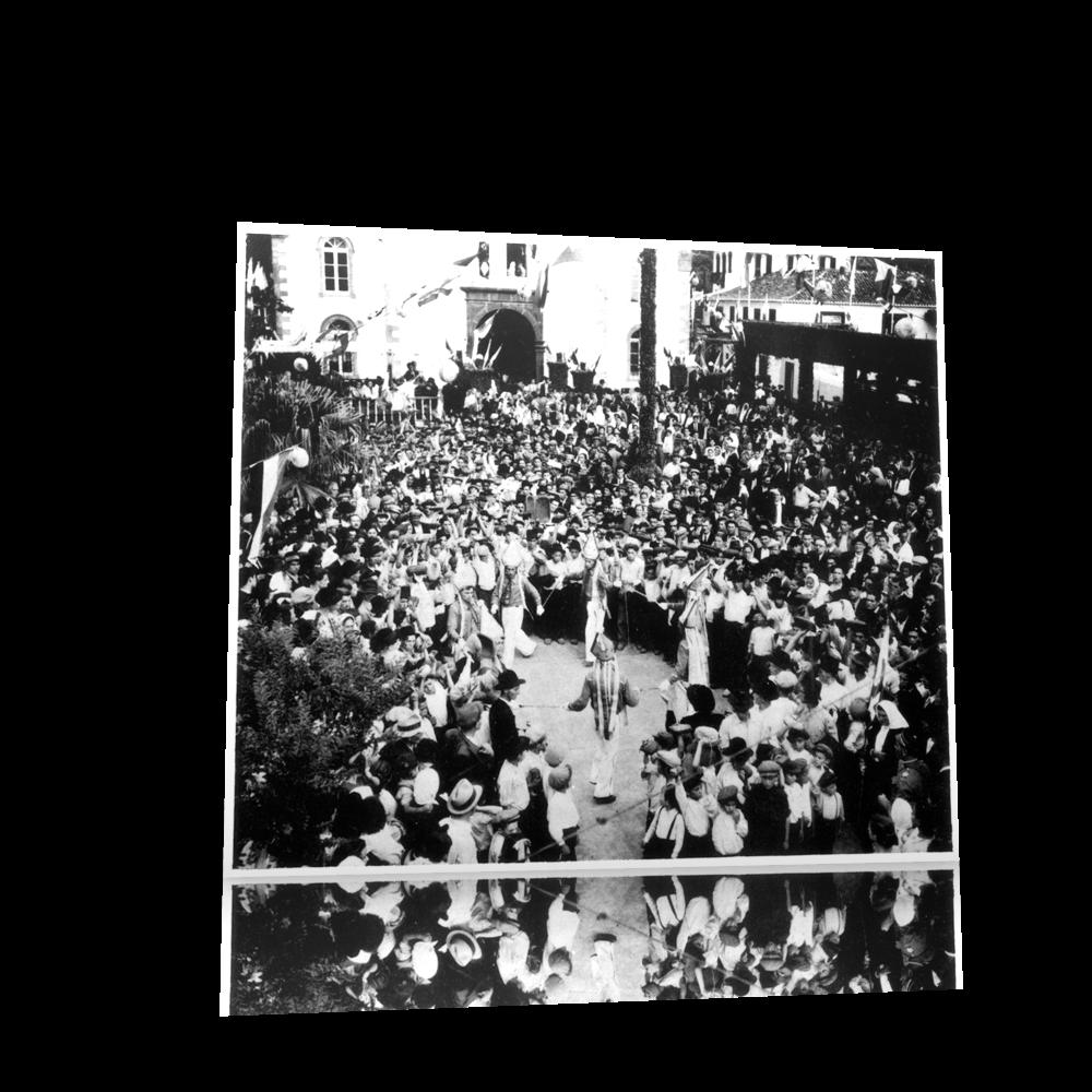 Tocadores de castanholas, e a dança das espadas, no arraial de S. Pedro, adro da igreja da Ribeira Brava, 1946. Fotografia Perestrellos.