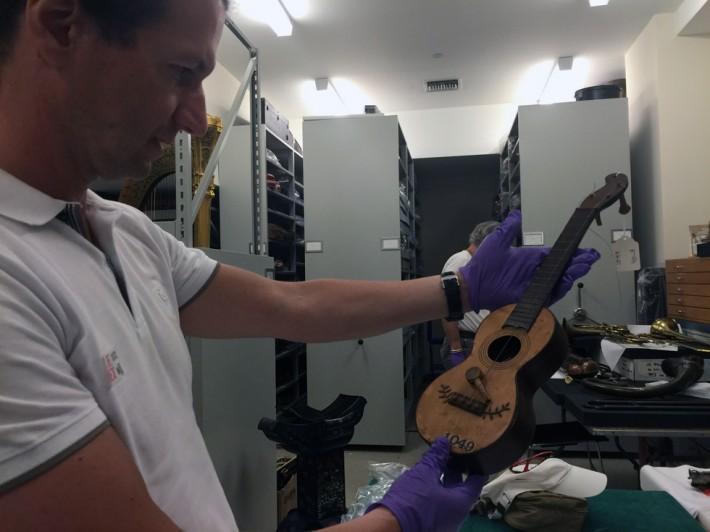 Norberto Gomes examinando um exemplar de Machete [Madeira, Séc. XIX, c.1880] Metropolitan Museum of Art [The Met -Nova Iorque]/12 agosto 2016 The Crosby Brown Collection of Musical Instruments, 1889 [89.4.1049]